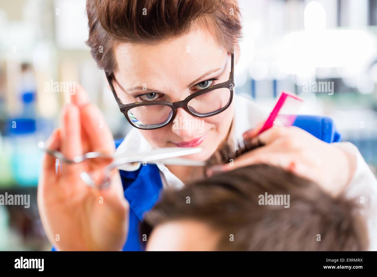 Weibliche Frisur schneiden Männer Haare Friseur Shop