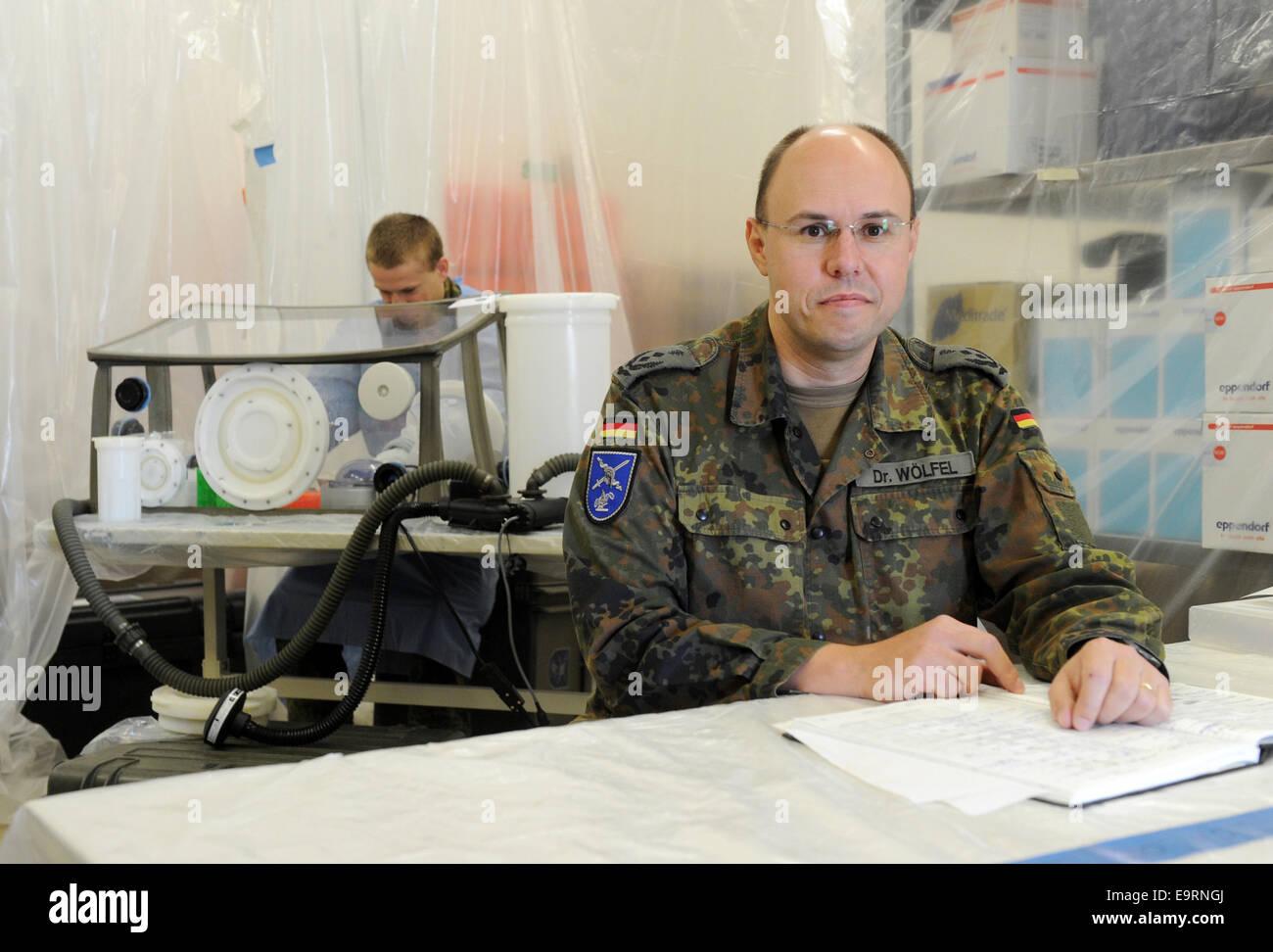 München, Deutschland. 31. Oktober 2014. Feld Militärarzt Roman ... | {Arzt bundeswehr 81}