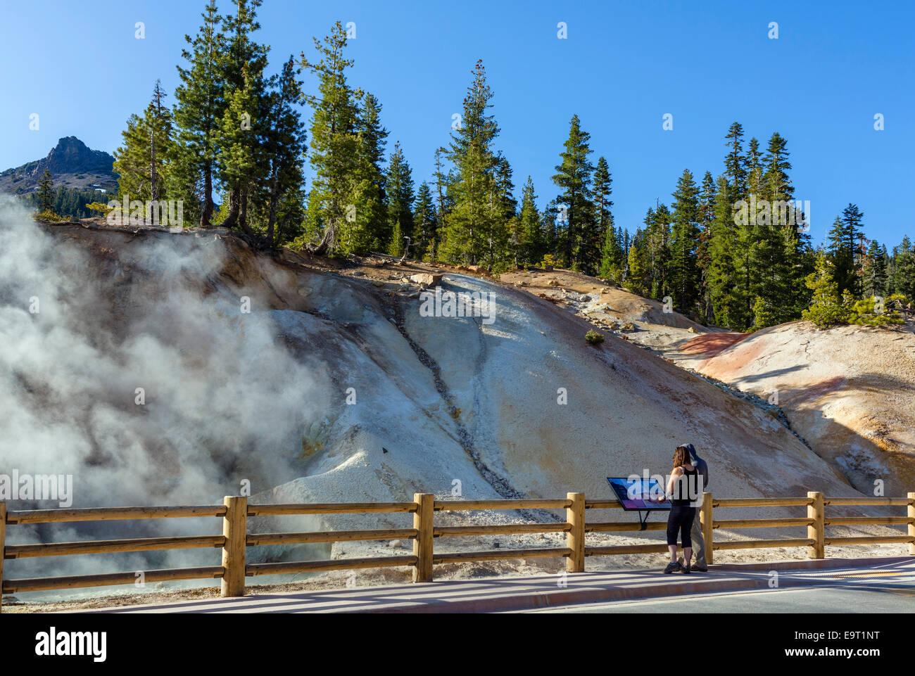 Heiße Quellen und Fumarolen im Schwefel funktioniert Geothermie Bereich, Lassen Volcanic National Park, Kalifornien, Stockfoto