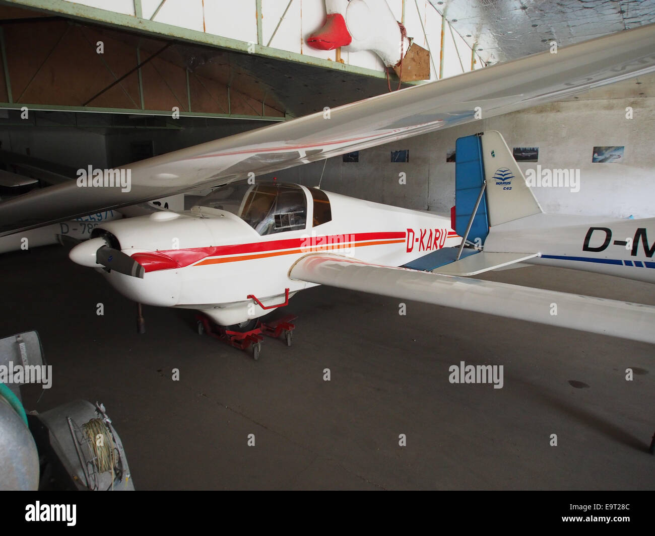 D-KARU, SCHEIBE SF - 25D-FALKE in einem Hangar am Flugplatz Daun-Senheld Stockbild