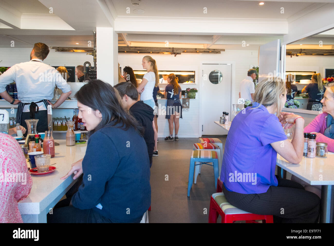 Frühstücksbrunch im Café Bootshaus in Palm Beach, Sydney, Australien Stockbild