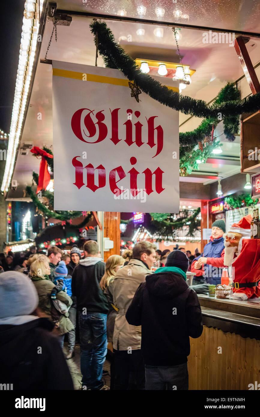 Markt für Pauschalreisen in Deutschland, Menschen kaufen Glühwein Stockfoto