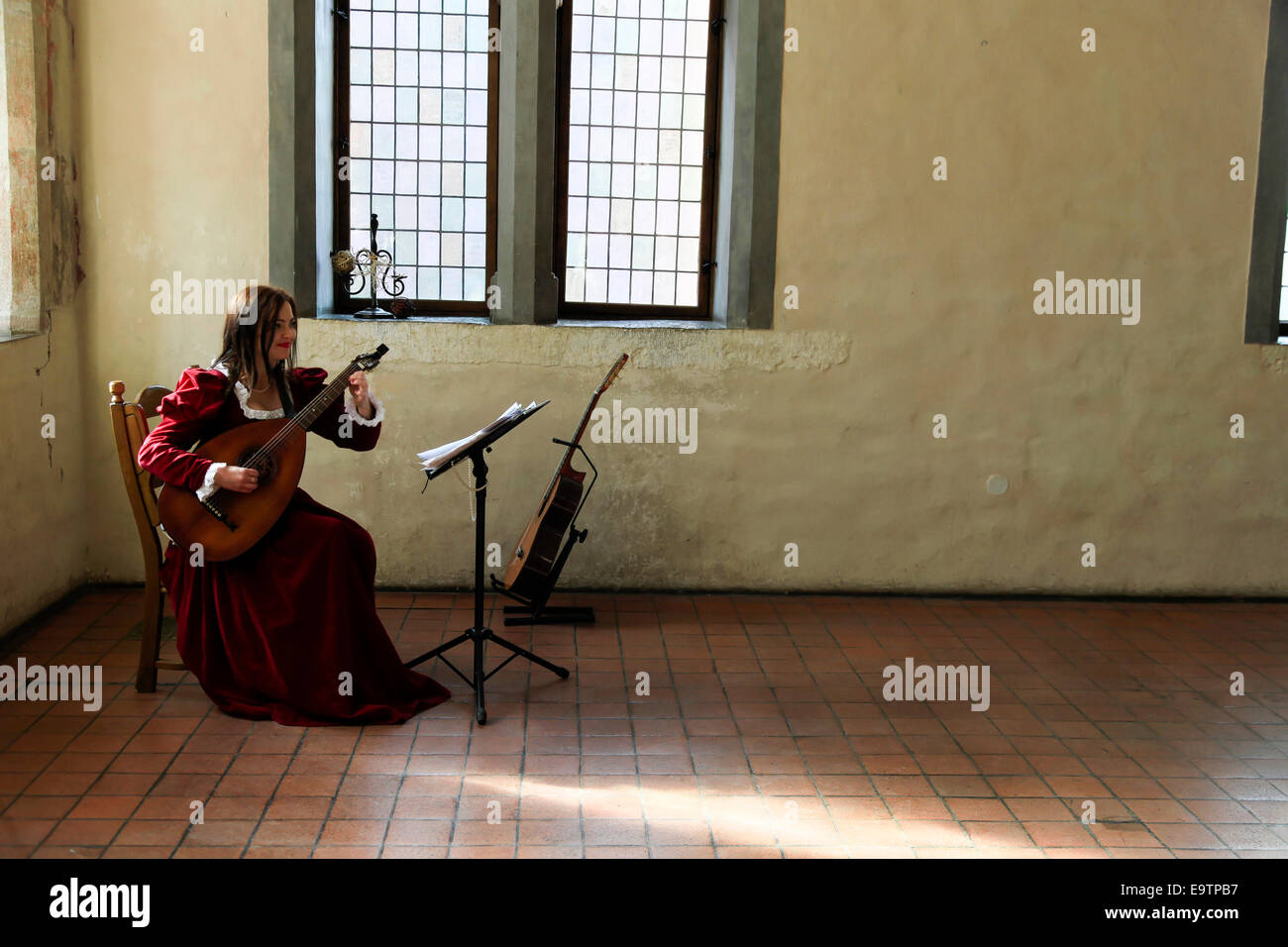 Frau spielt die Laute in Malbork (Marienburg) Schloss Polen Stockbild