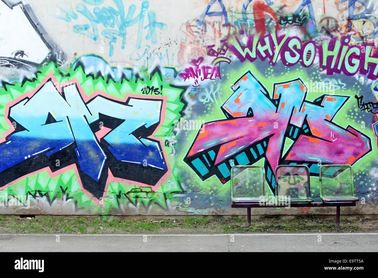 Bemalte Stühle zagreb kroatien 24 februar eine bunte graffitiwand mit drei