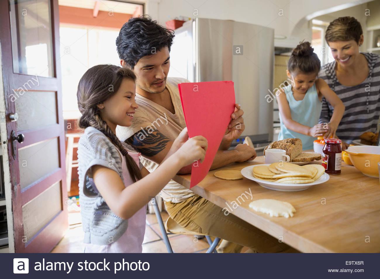 Familie, genießen das Frühstück in der Küche Stockbild