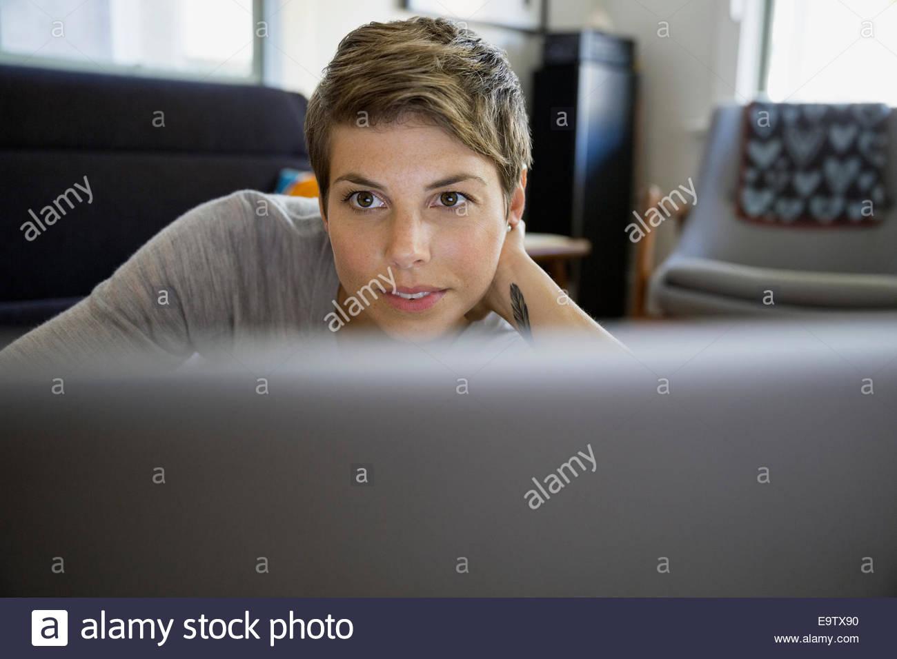 Nahaufnahme von Frau mit laptop Stockbild