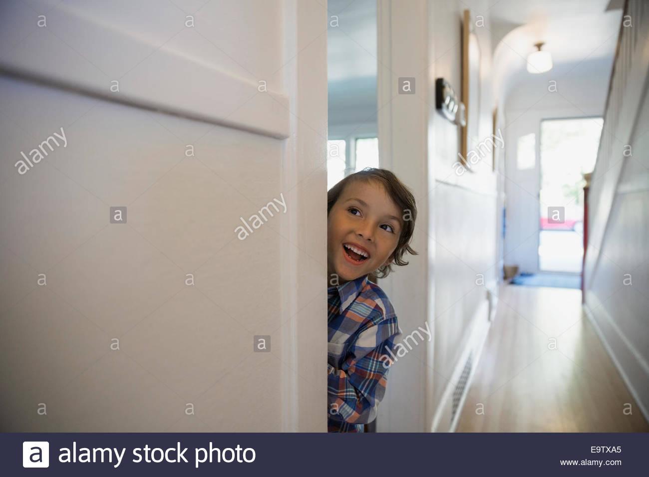Begeistert junge in Tür Stockfoto