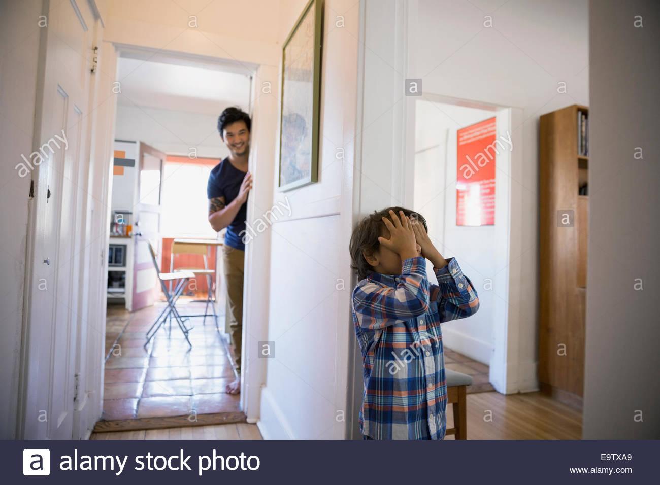 Vater und Sohn Versteckspiel Stockbild