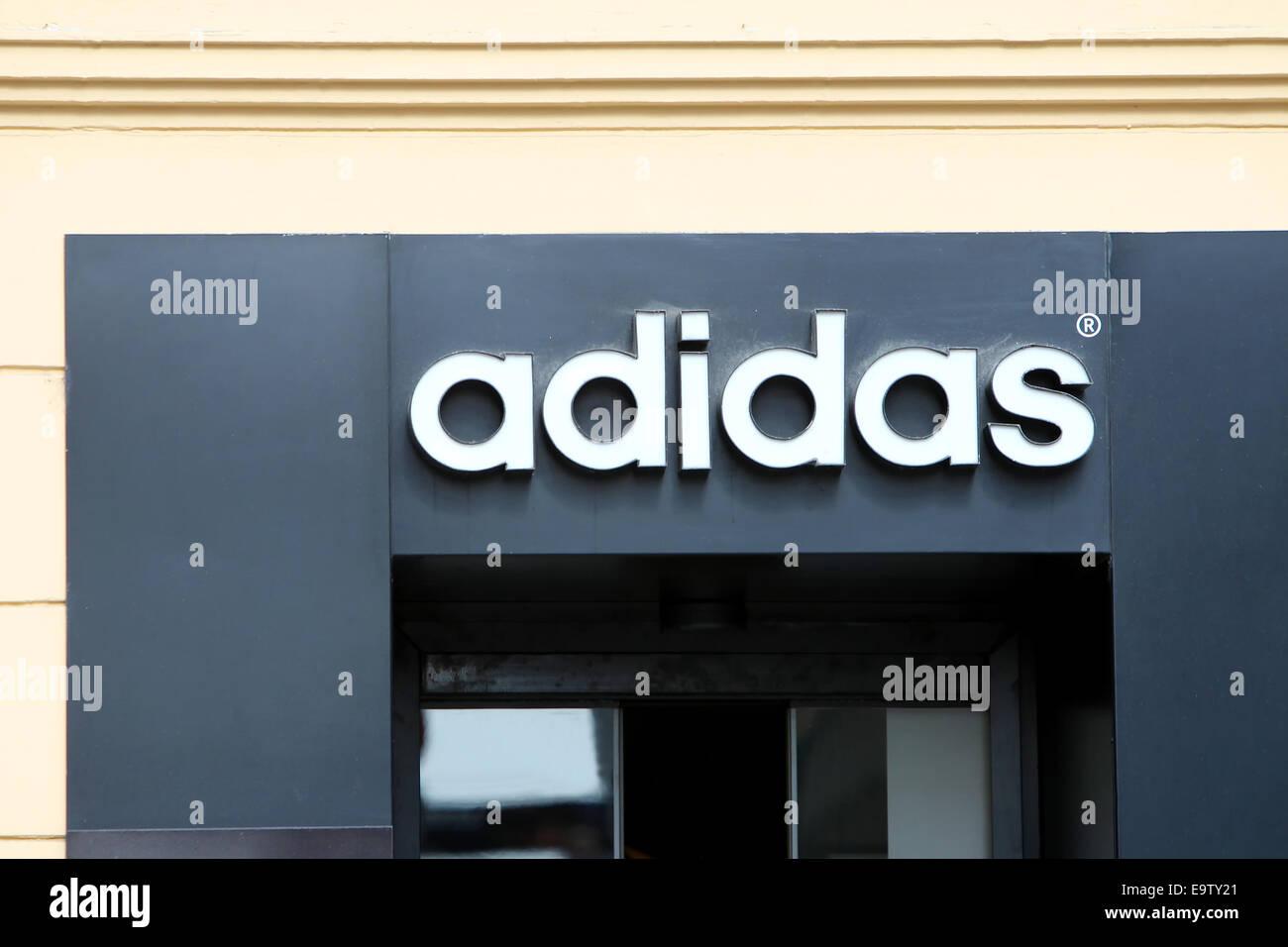 ZAGREB, Kroatien - 24 Februar: Adidas-Logo auf den Eingang des Ladens am 24. Februar 2014 in Zagreb, Kroatien. Stockfoto