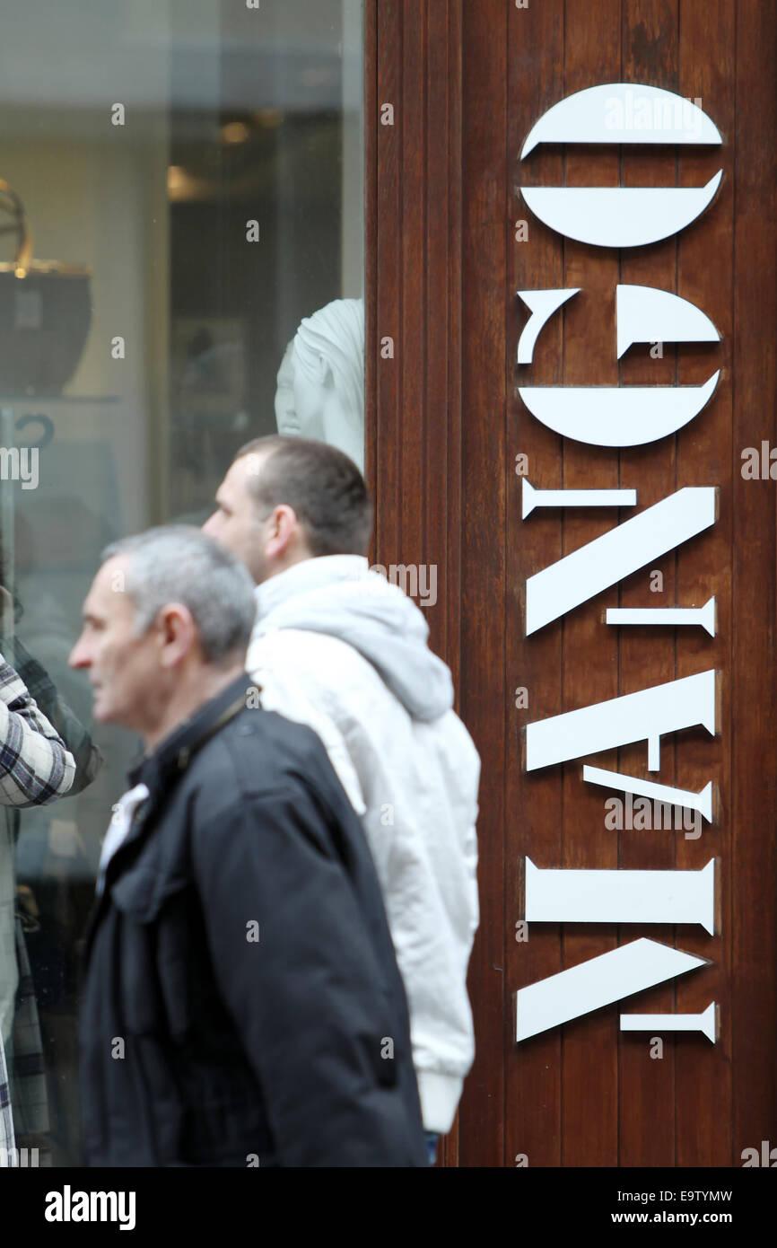 ZAGREB, Kroatien - 24 Februar: Menschen auf der Straße, vorbei an einem Mango-Shop am 24. Februar 2014 in Zagreb, Stockfoto