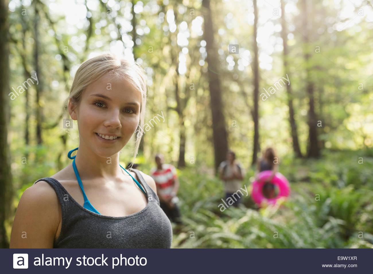 Porträt der lächelnde junge Frau im Wald Stockbild