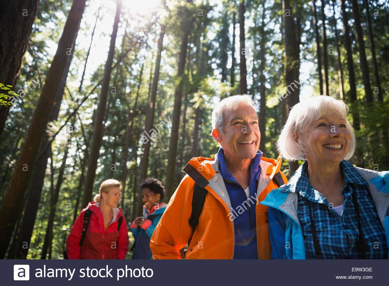 Älteres Paar im sonnigen Wald wandern Stockbild