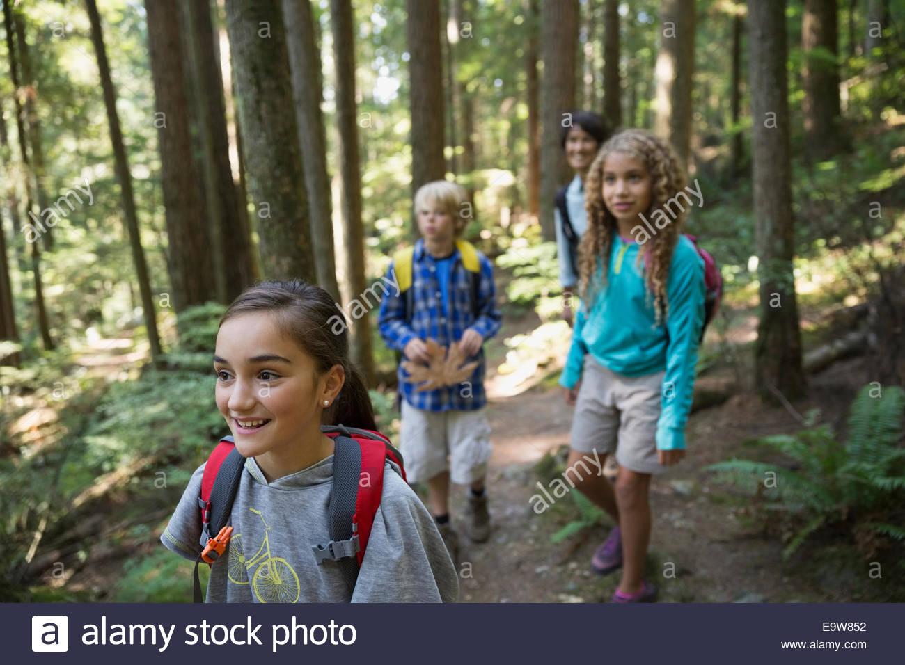 Lehrer und Kinder Wandern auf Spuren im Wald Stockbild