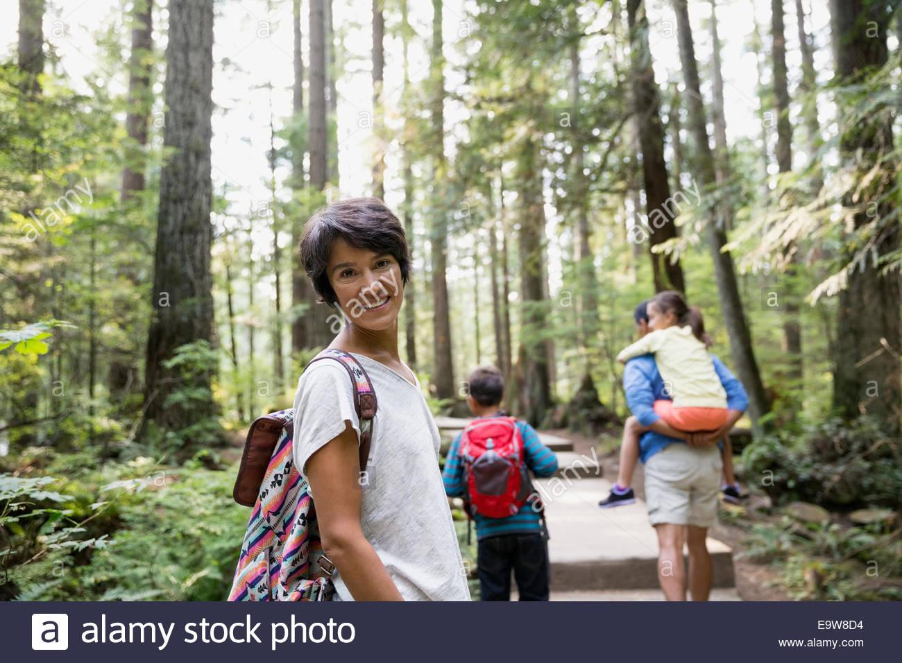 Porträt der lächelnde Frau mit Familie im Wald Stockbild