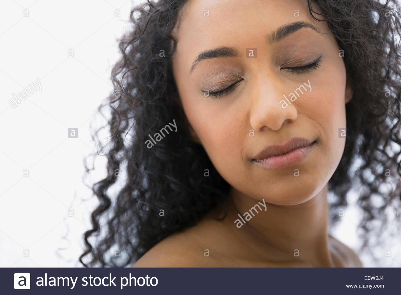 Nahaufnahme von ruhigen Frau mit geschlossenen Augen Stockbild