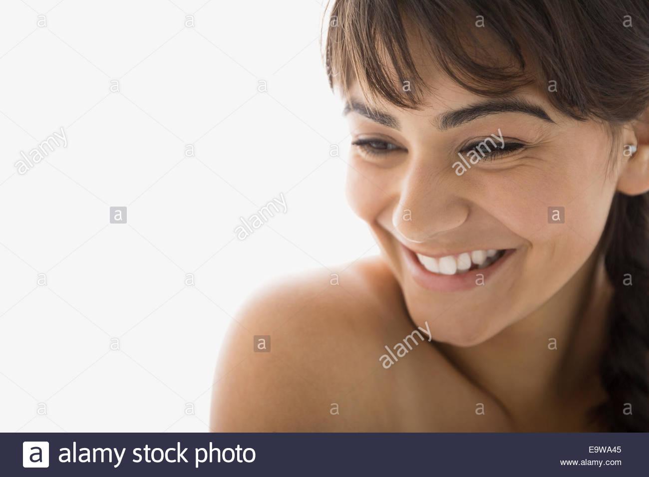 Nahaufnahme eines lächelnden nackten Oberkörper Brünette Frau Stockbild