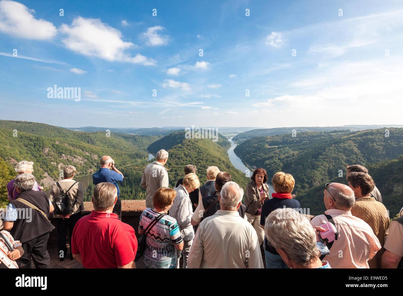 Saar-Schleife Wahrzeichen gesehen von Cloef Saarschleife übersehen mit Tour Guide Ausflug Gruppenleiter. In Stockbild