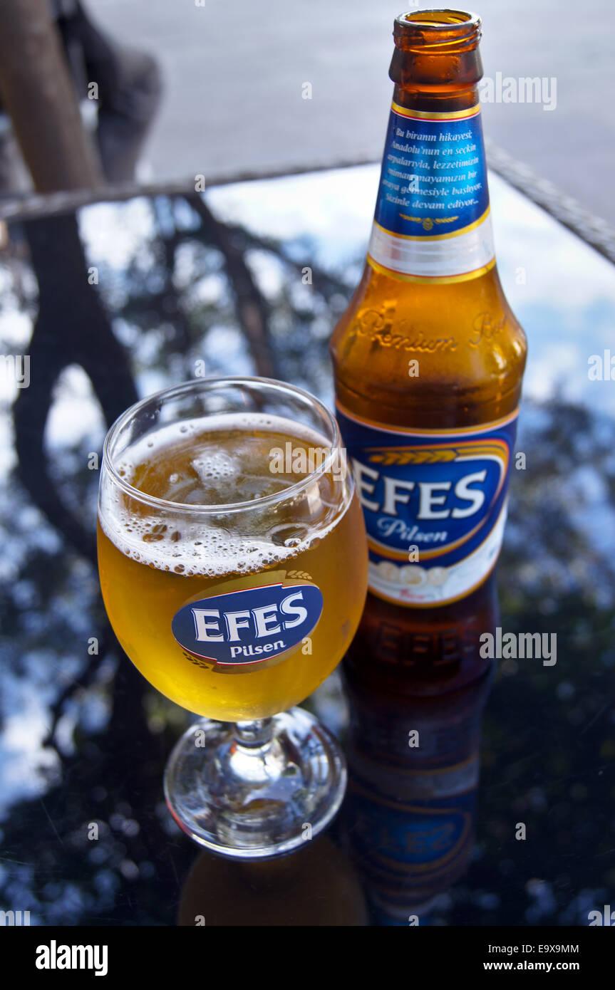 Ein Glas und eine Flasche Efes türkisches Bier, Bodrum, Türkei, pub ...