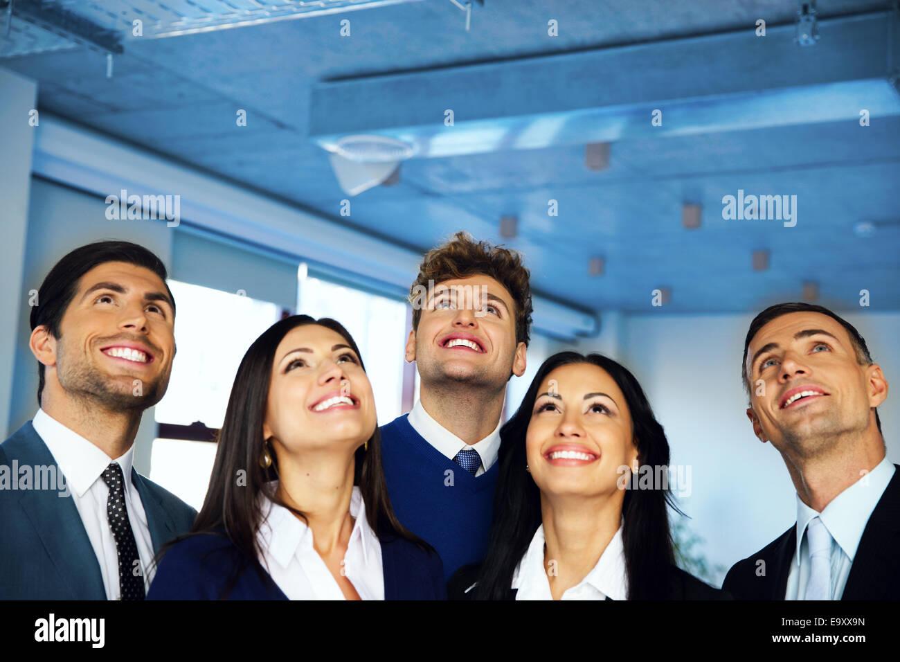 Glücklich positive Unternehmensgruppe mit Träumen Ausdruck nachschlagen Stockbild