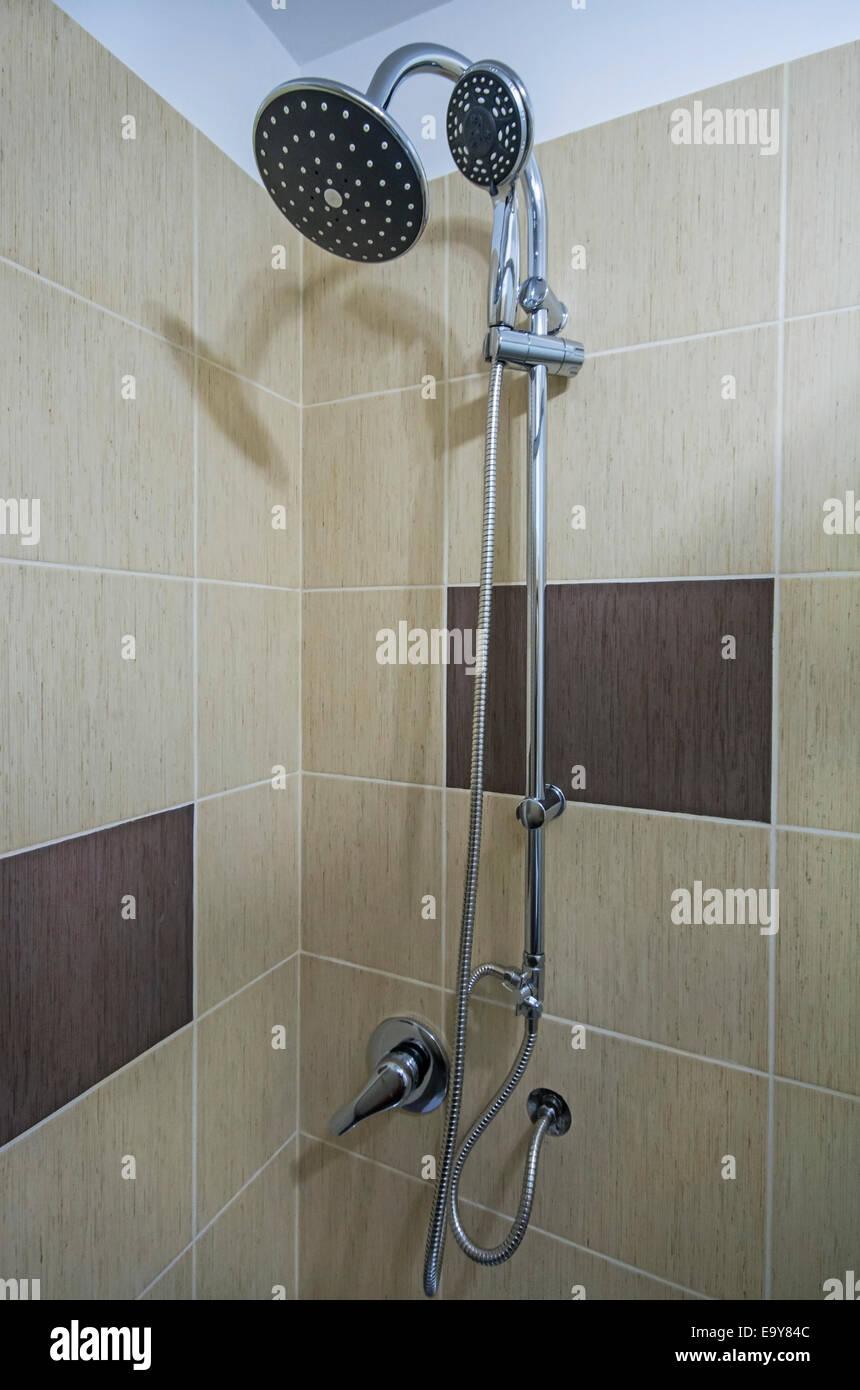Detail der Ecke Duschkabine mit Dusche Wand montieren Stockfoto ...