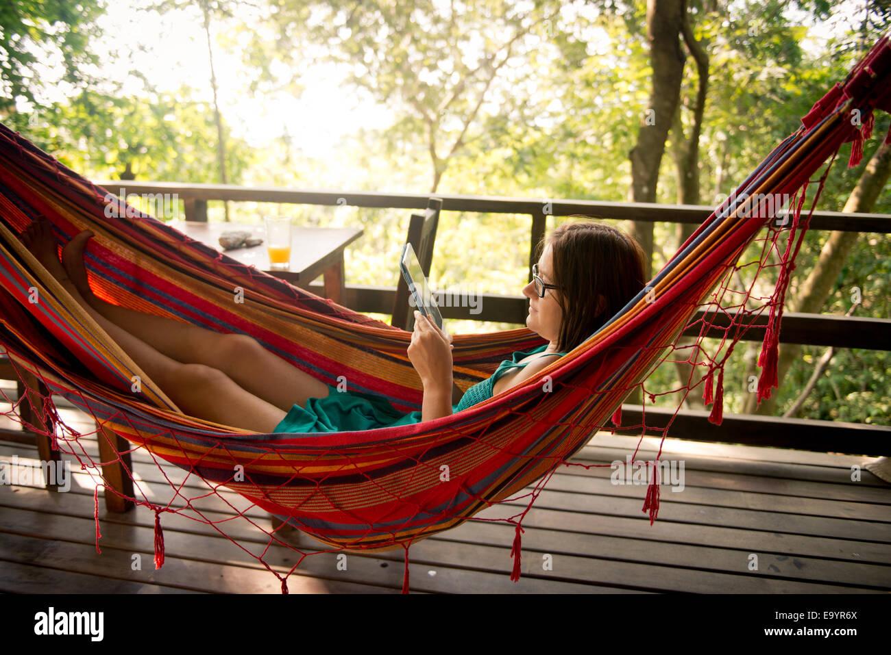 Eine Frau in einer Hängematte entspannen. Montezuma, Costa Rica Stockbild
