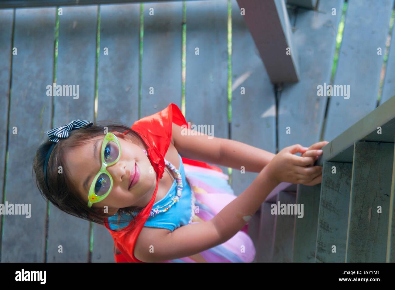 Junge Mädchen tragen Kap, hölzernen Treppenstufen, erhöhte Ansicht Stockbild