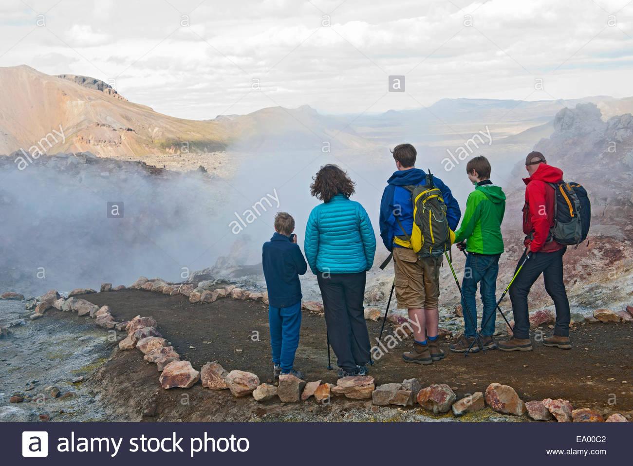 Familie betrachten Fumarole in Landmannalaugar, Fjallabak, Island Stockbild
