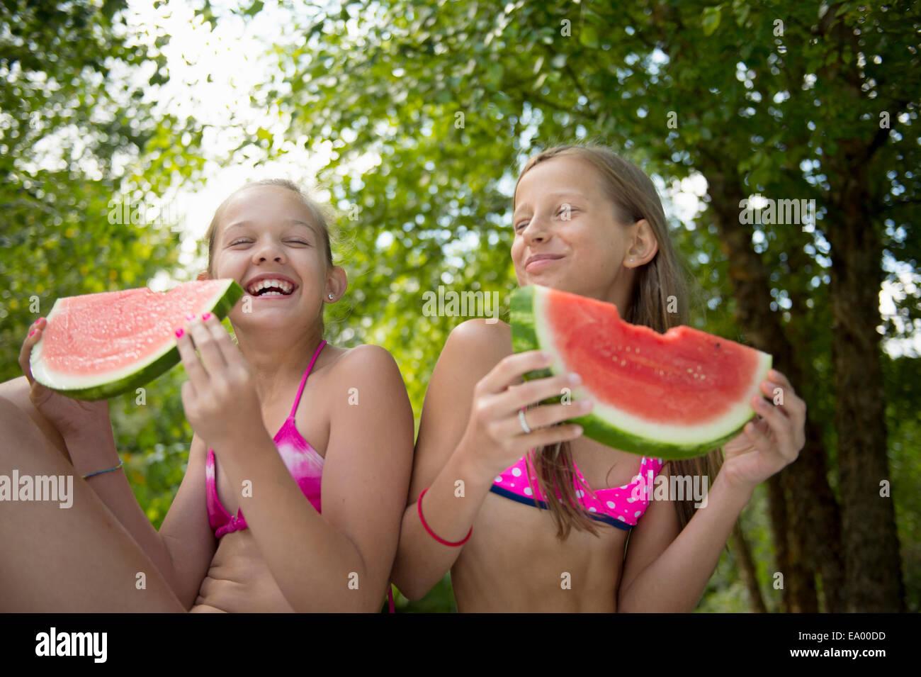 Freunde Essen Wassermelonen im Garten Stockbild