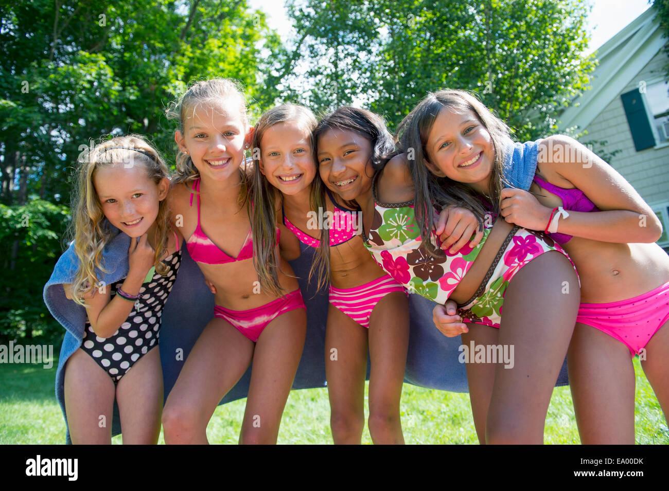 Mädchen im Badeanzug, Handtuch eingewickelt Stockfoto