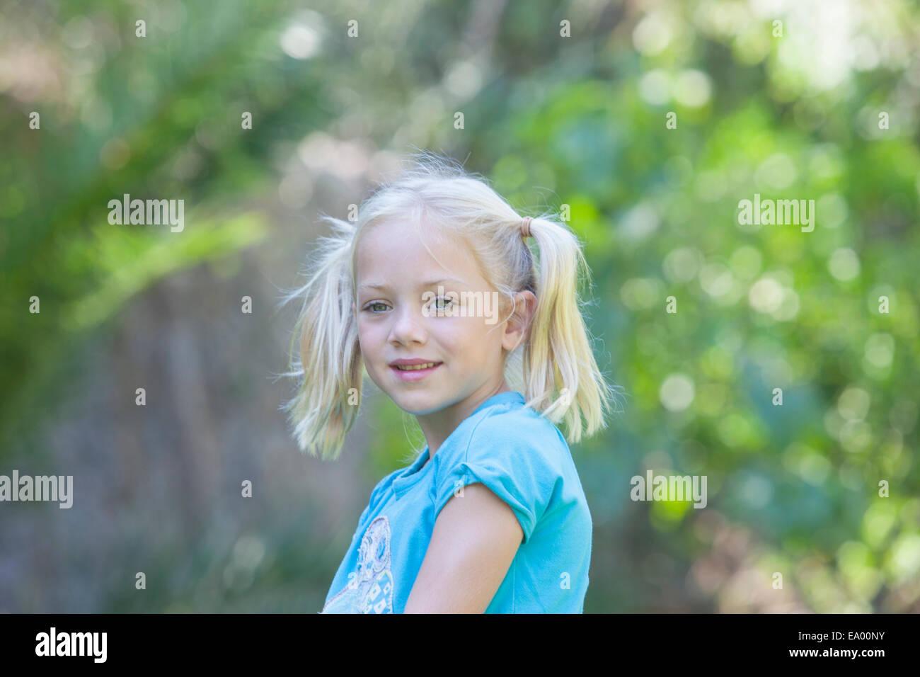 Porträt von Mädchen im Garten wegschauen Stockbild