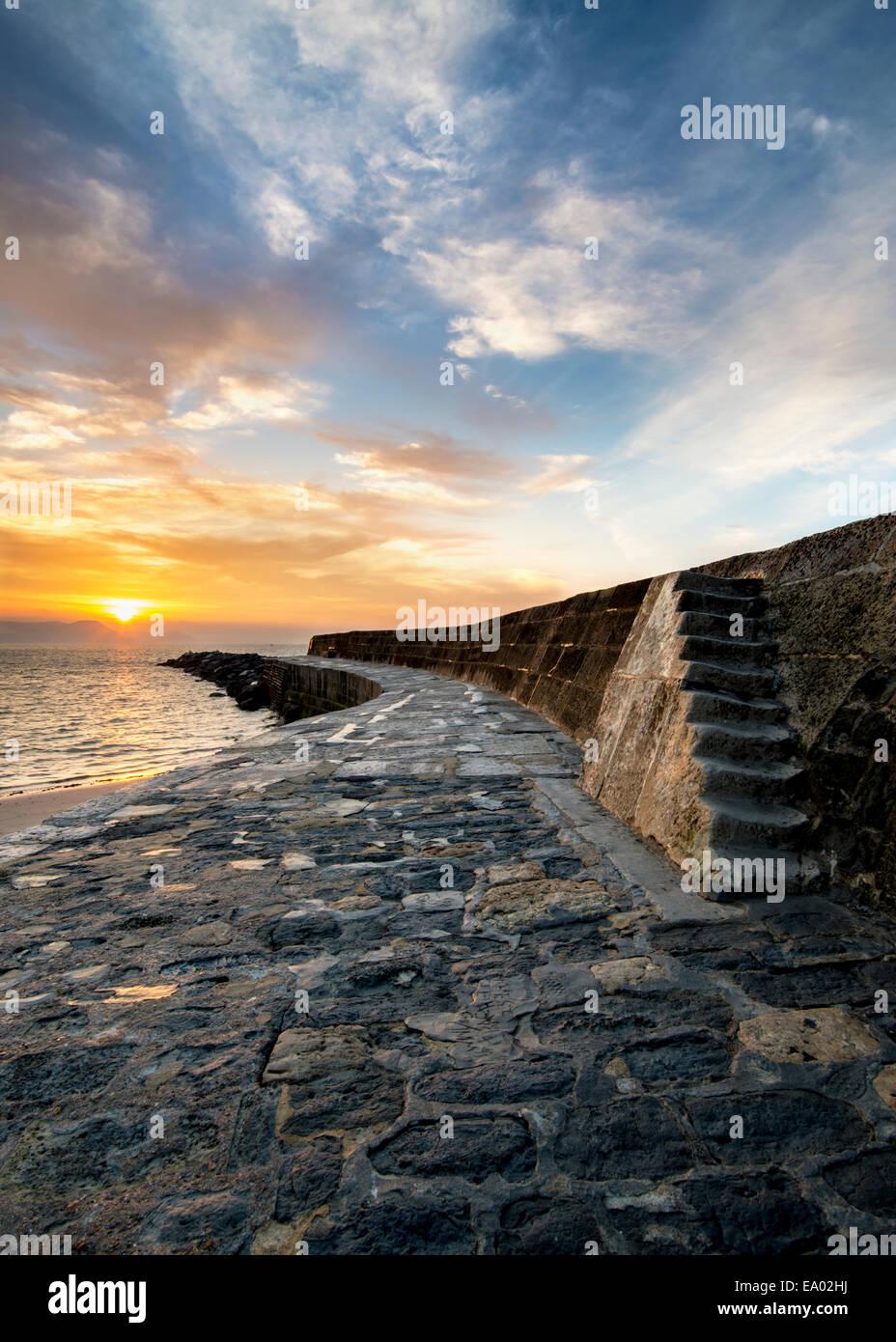 Sonnenaufgang am Cobb, Lyme Regis Stockbild