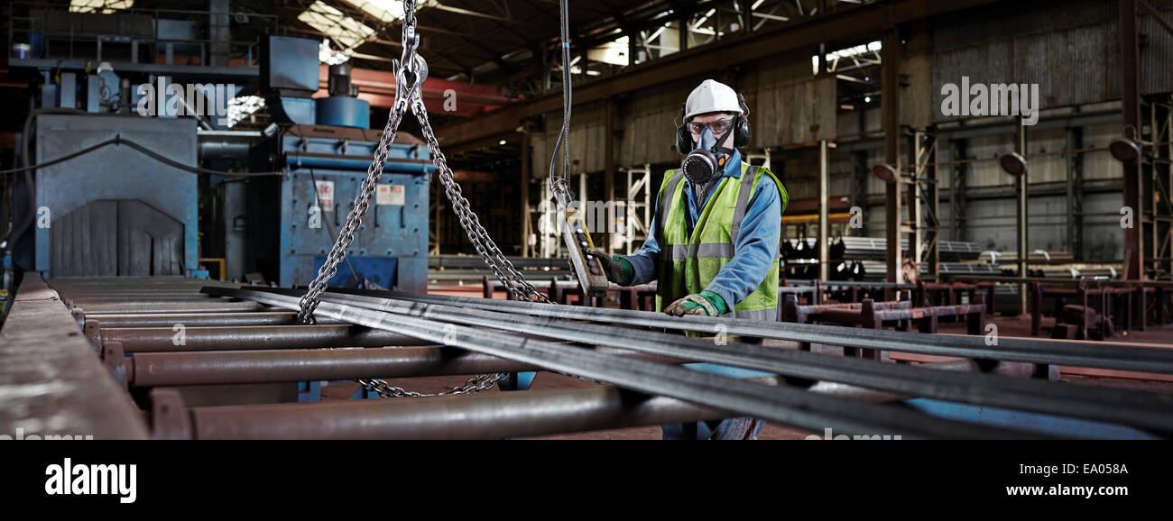 Porträt von einem Stahlarbeiter in seinem Arbeitsumfeld Stockbild