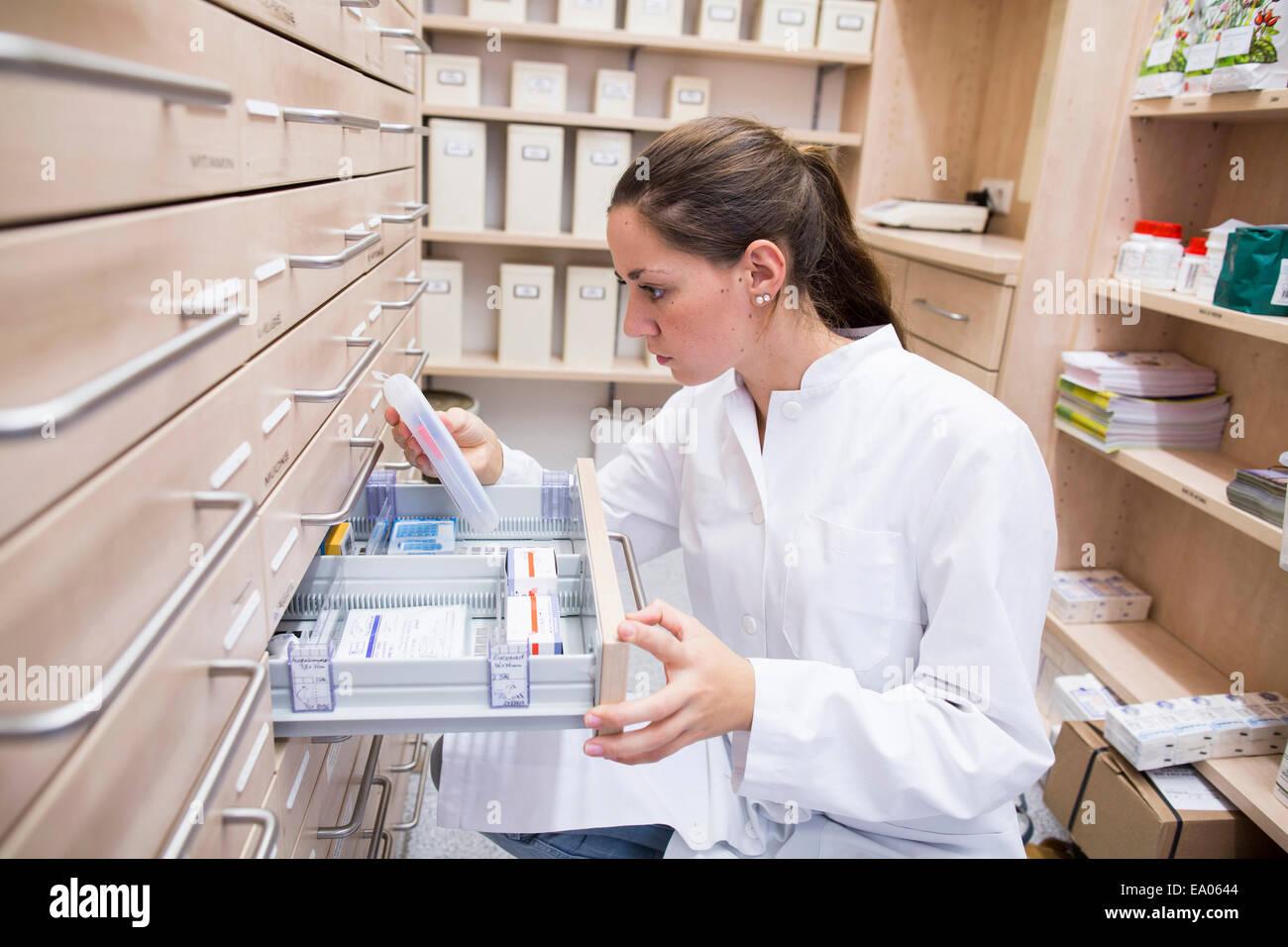 Apotheker in der Apotheke Medizin Datei Schublade öffnen Stockbild