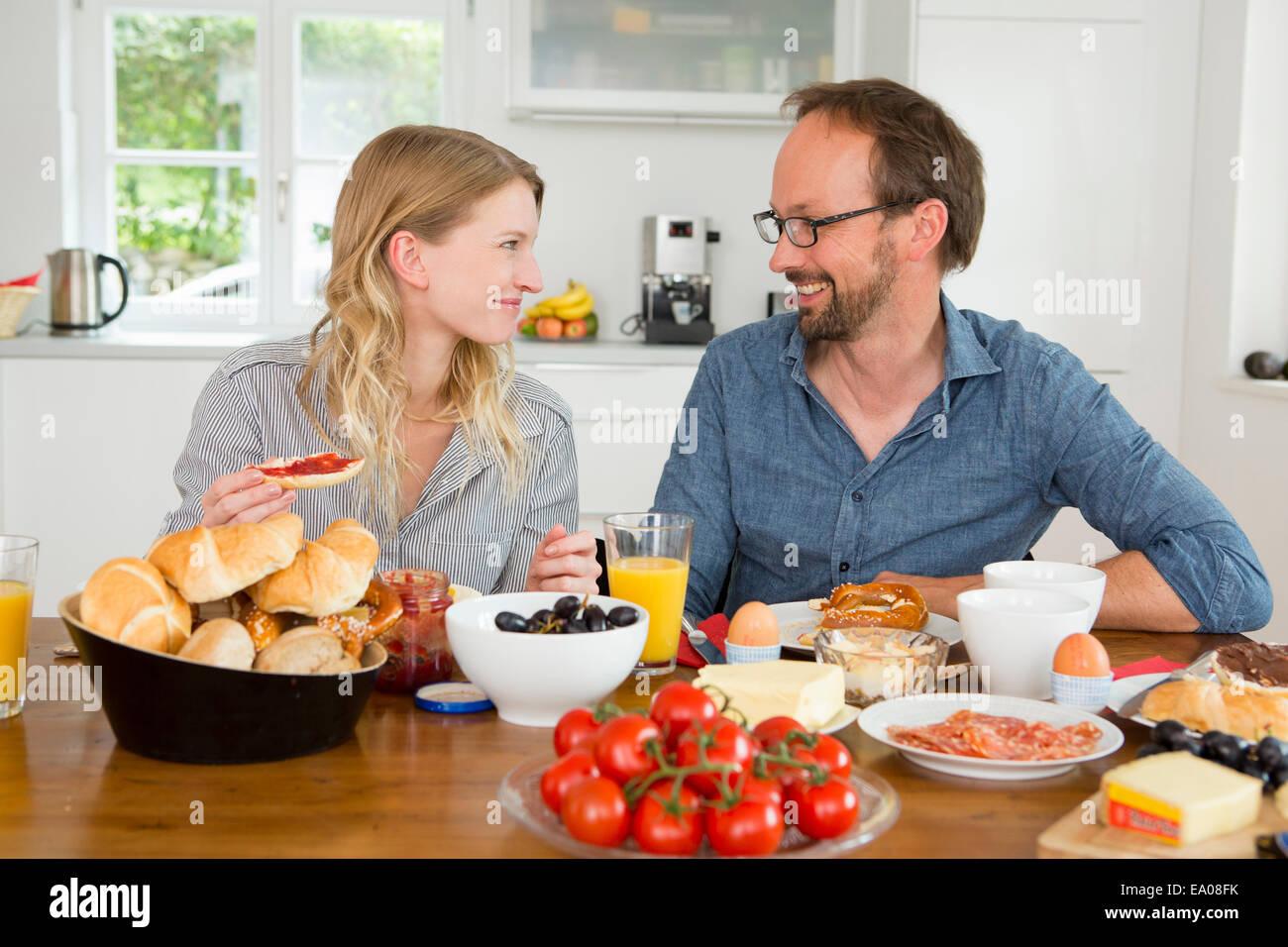 Paar Essen am Küchentisch Stockfoto, Bild: 74994743 - Alamy