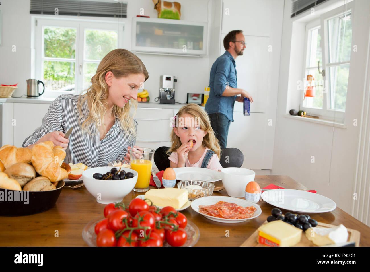 Mutter und Tochter Essen am Küchentisch Stockfoto, Bild: 74994753 ...