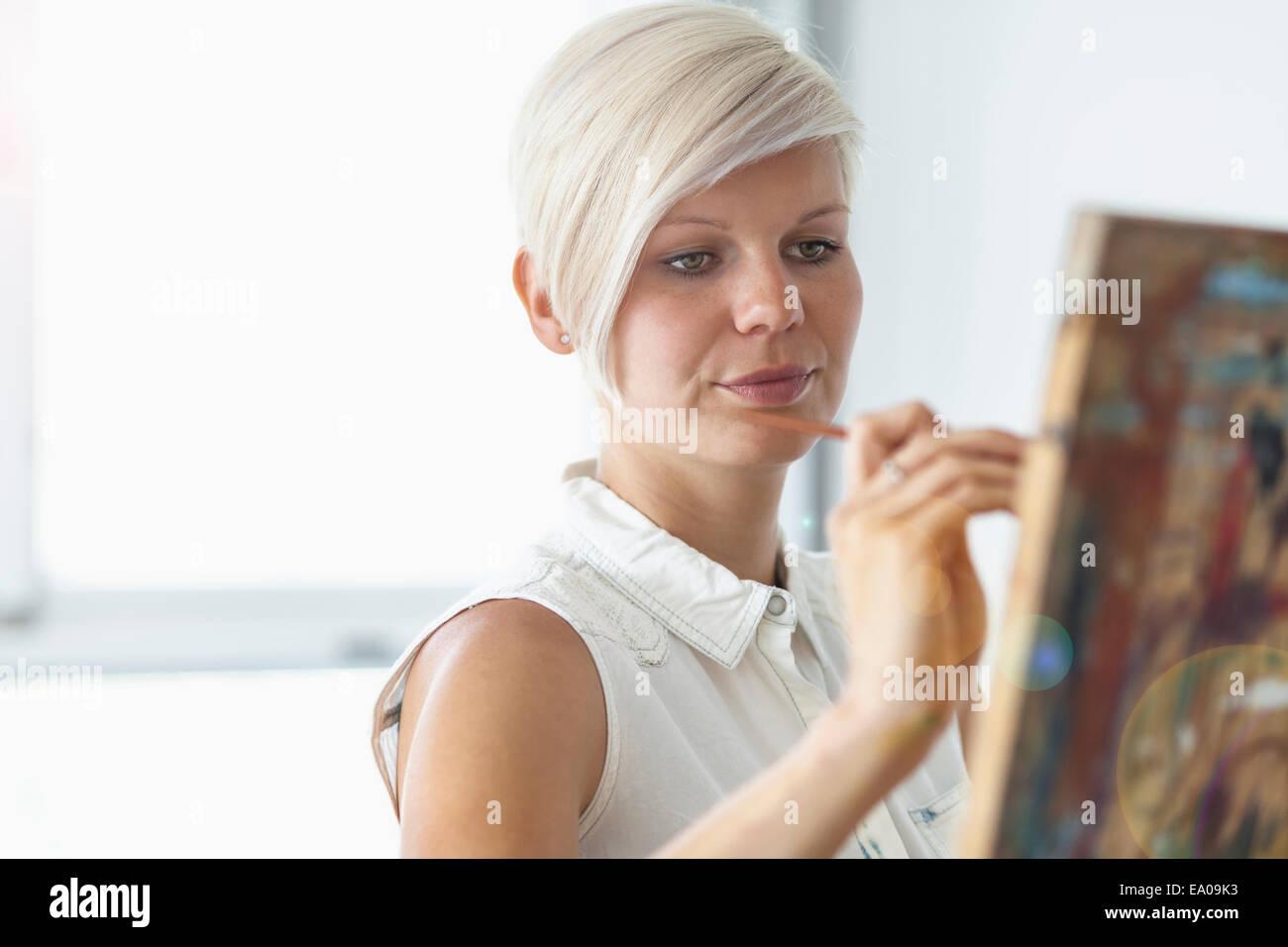 Weibliche Künstler malen an der Staffelei Stockbild