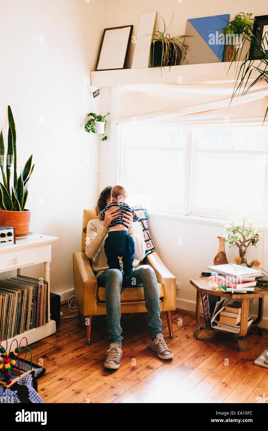 Vater mit Sohn auf Sofa sitzen Stockbild