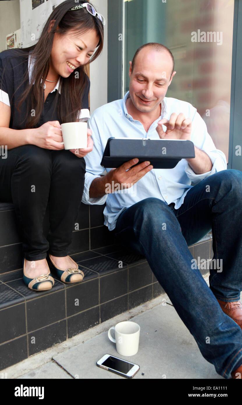 Zwei Architekten Kollegen blickte auf digital-Tablette auf Büro-Schritt Stockbild
