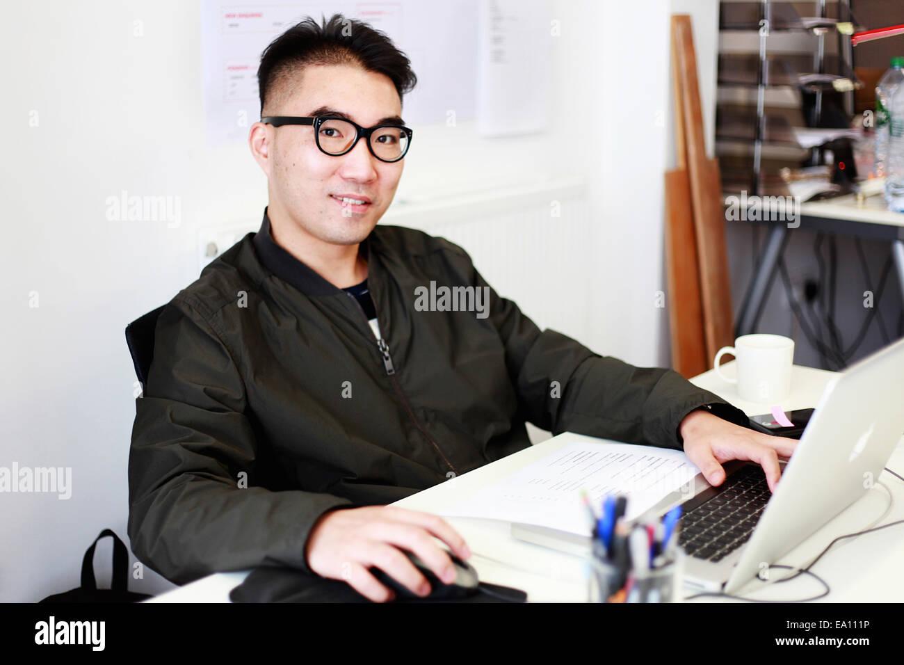 Porträt des männlichen Architekten am Schreibtisch Stockbild