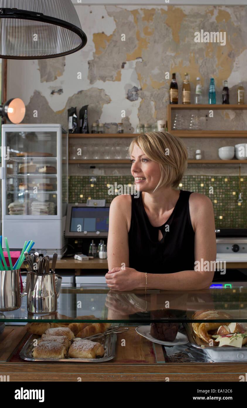 Mitte erwachsenen Frau arbeitet im café Stockbild