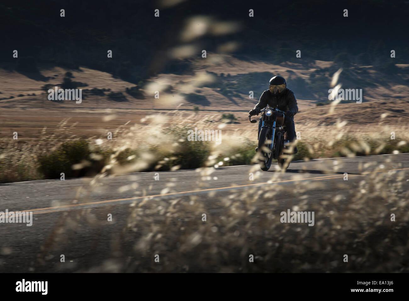 Männliche Motorradfahrer auf der Autobahn fahren Stockfoto