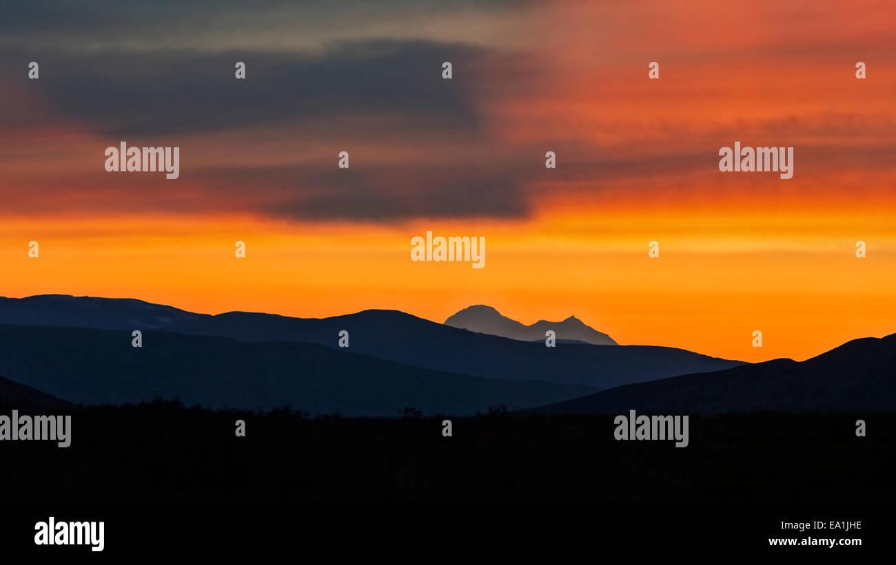 Ein Sonnenuntergang von einem entfernten Standort Denali, der höchste Berg in Amerika scheint ein Schattenwurf Stockbild