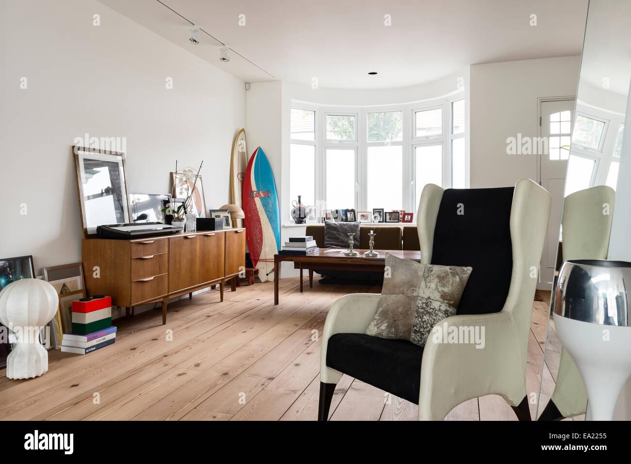 Moderne Ohrensessel Sessel In Hellen Luftigen Wohnraum Mit Holzboden