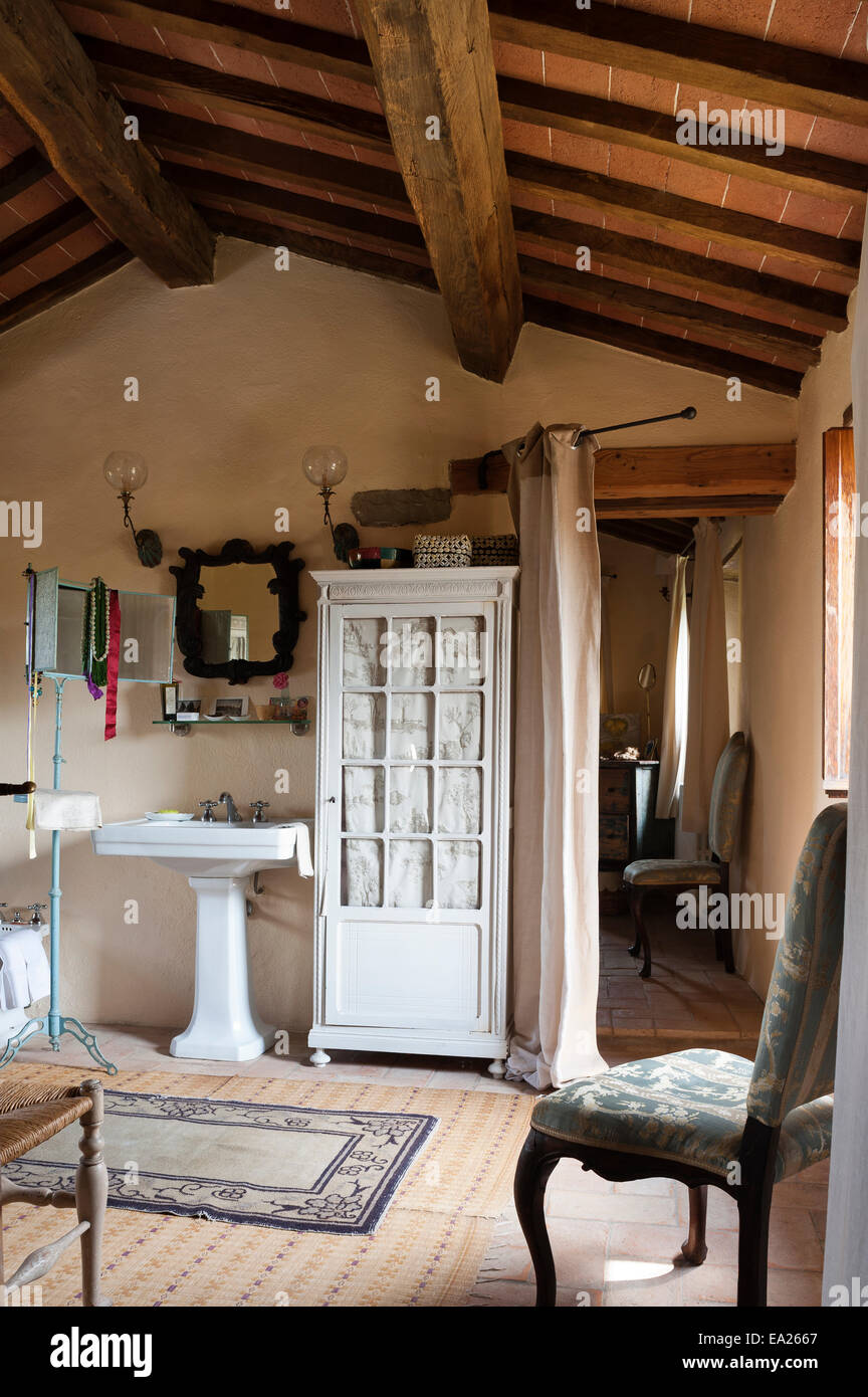 Weißer Schrank mit Tür Glasscheiben im Badezimmer mit Holzbalken ...
