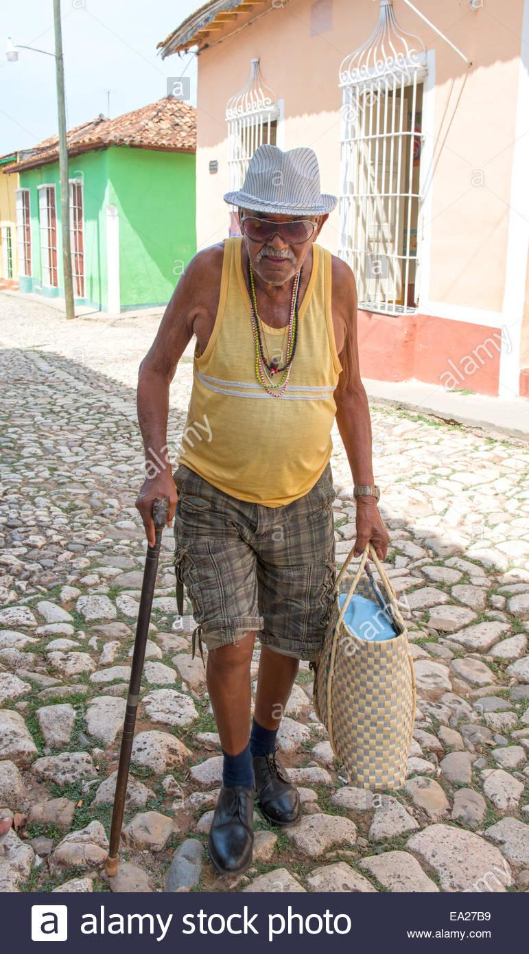 Senior kubanischen Bürger in der Straße mit Kopfsteinpflaster. Trinidad ist eine Stadt in der Provinz Stockbild
