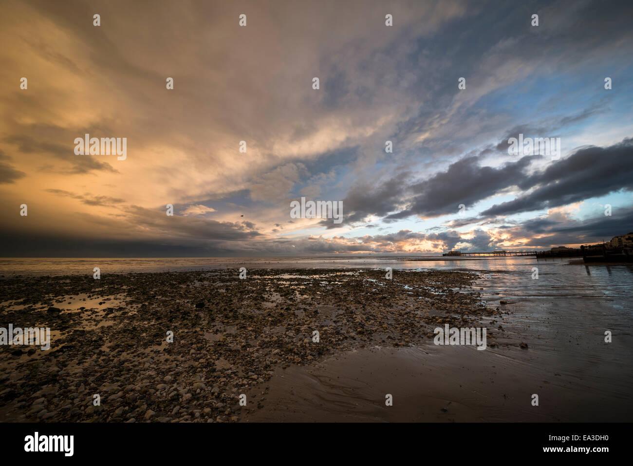 Awesome Wolken über Worthing Beach, West Sussex, UK Stockbild