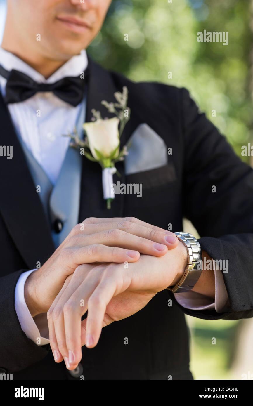 Mittelteil des Bräutigams Überprüfung Zeit Stockbild