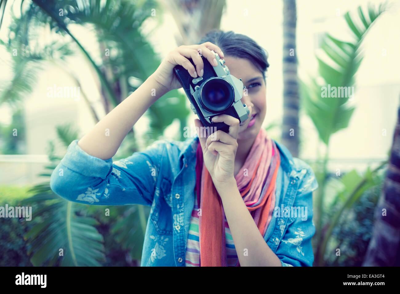 Lächelnde Brünette Fotografieren außerhalb Stockbild