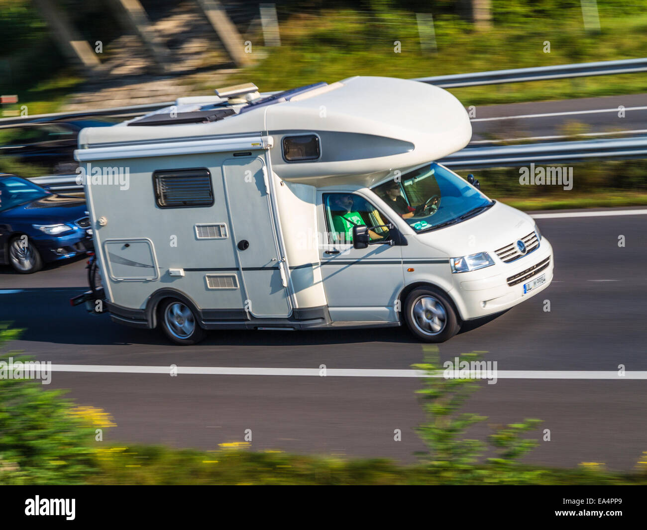 Wohnmobil Beschleunigung nach unten eine Autobahn. Ein Wochenende
