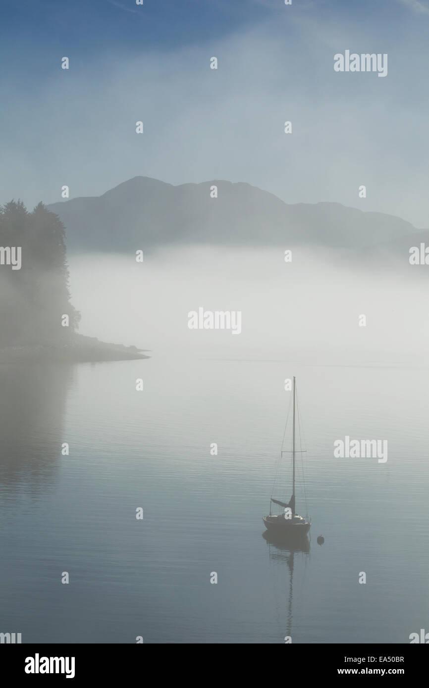 Segelboot, Nebel, ätherisch, Alaska Stockbild